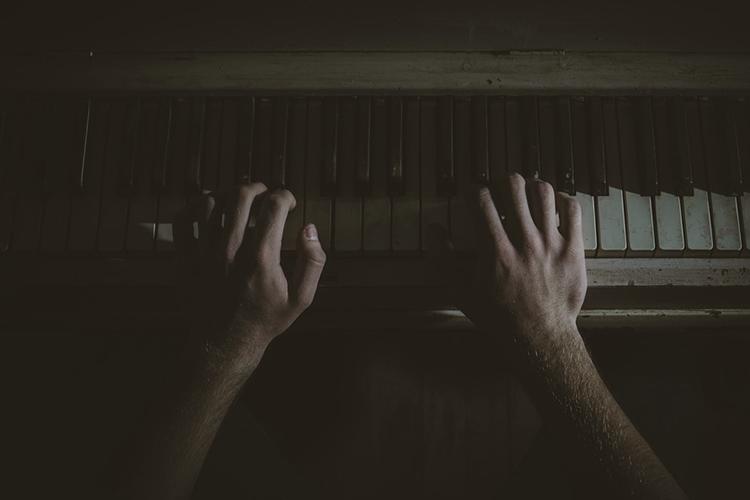 戴上拳套的鋼琴家